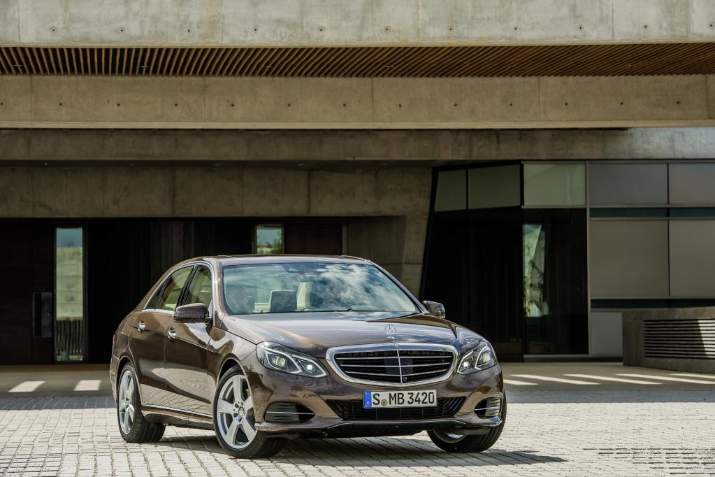 Das Facelift der Mercedes E-Klasse weist zwei markante Scheinwerfer neben dem neuen Grill auf.