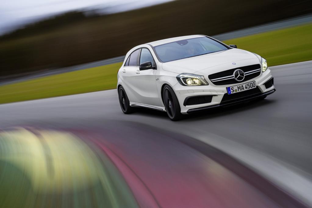 Erstmals entwickelten die Spezialisten von AMG mit dem Mercedes A45 AMG ein sportliches Top-Modell für die Kompaktklasse.