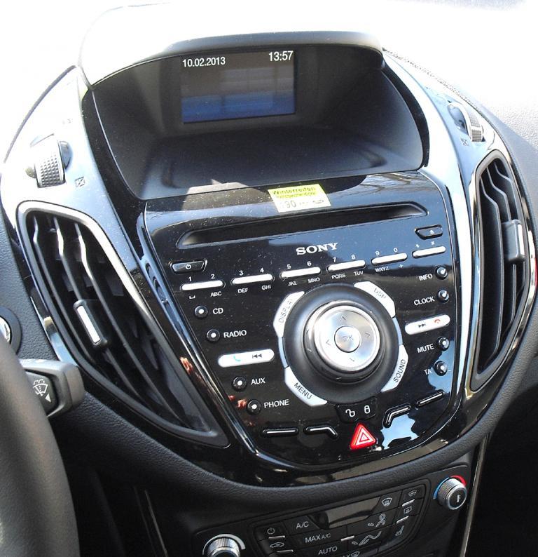 Ford B-Max: Blick auf den etwas kleinteilig-überladen wirkenden Armaturenträger.