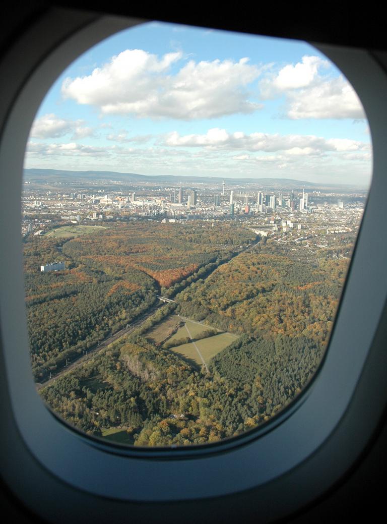 Frankfurt, hier aus einem Flugzeug heraus fotografiert, ist gut mit Taxis bestückt.