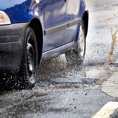 Frostschäden gefährden Auto und Verkehr