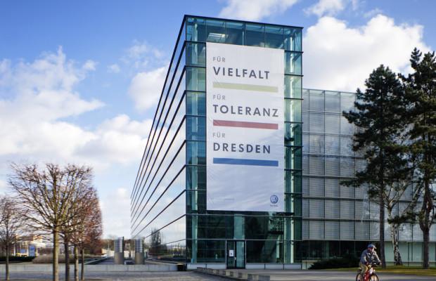 Gläserne Manufaktur zeigt Flagge für Toleranz