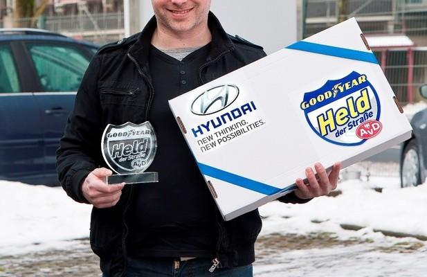 Held der Straße: Lkw-Fahrer hilft einem Kollegen