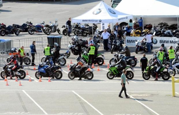 Motorrad-Probefahrten auf Flughafen Tempelhof
