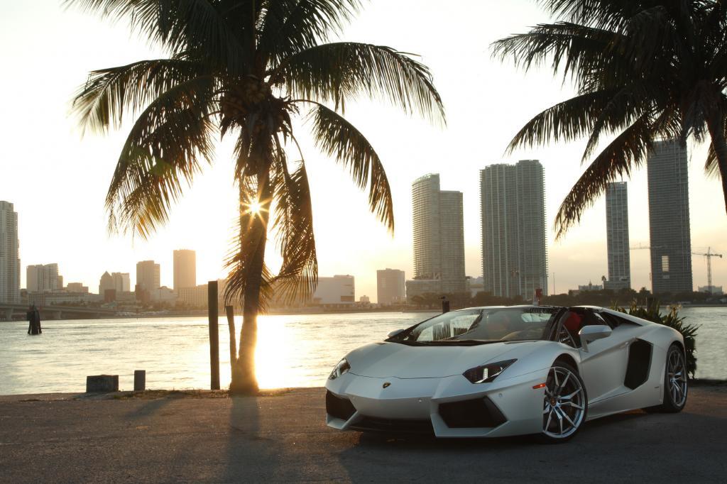 Natürlich kann man sich in einem Lamborghini nicht zurücklehnen, eine Hand vom Lenker nehmen und gelassen dahin gondeln