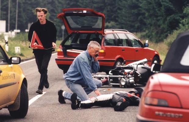 Ratgeber: Richtiges Verhalten nach einem Unfall - Helfen und Sichern