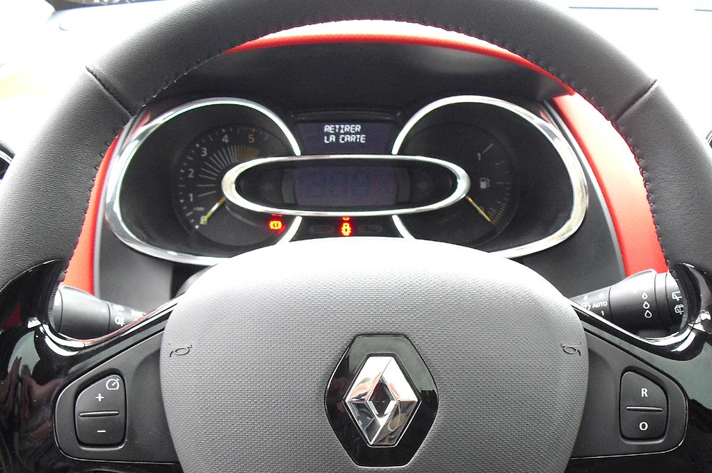 Renault Clio Grandtour: Blick durch den Lenkradkranz auf die Instrumentierung.