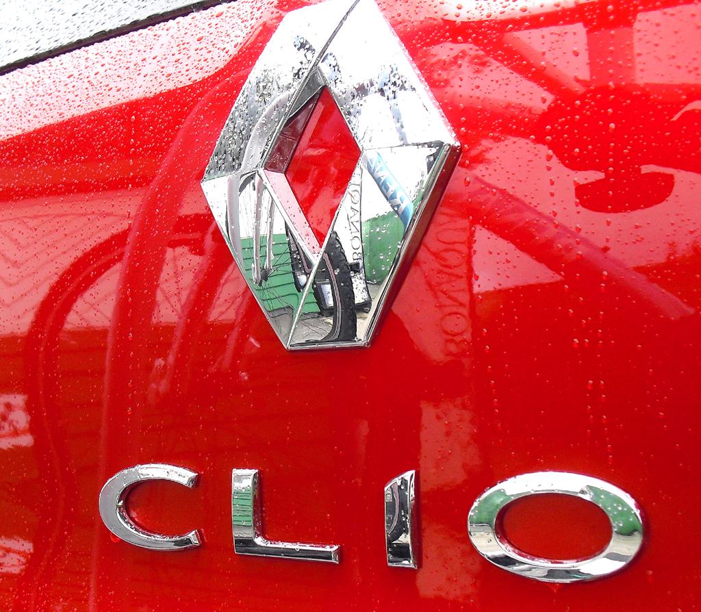 Renault Clio Grandtour: Markenlogo und Modellschriftzug auf der Heckklappe.