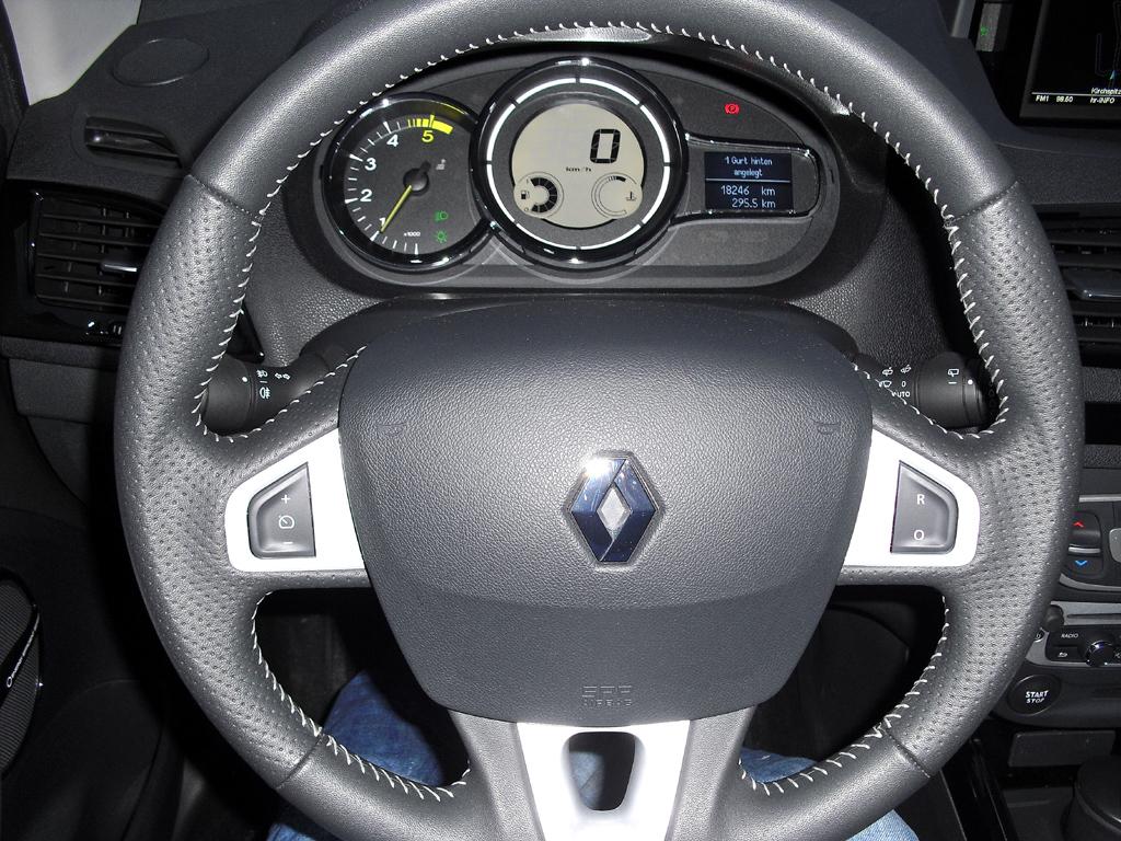 Renault Mégane: Blick durch den Lenkradkranz auf die Rundinstrumentierung.