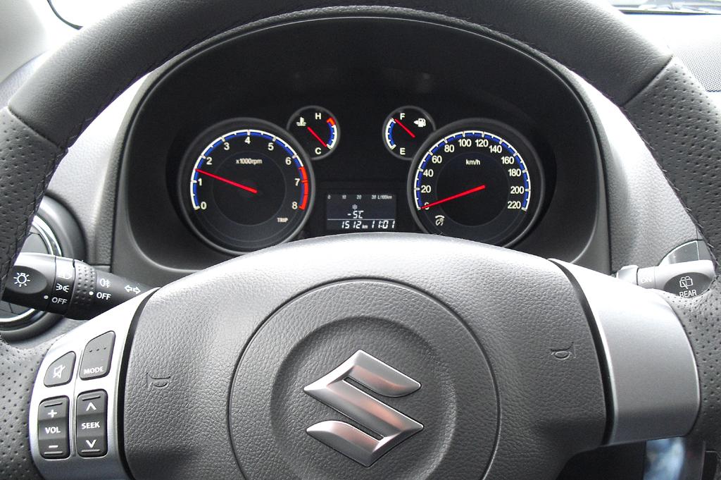 Suzuki SX4: Blick durch den Lenkradkranz auf die Rundinstrumentierung.