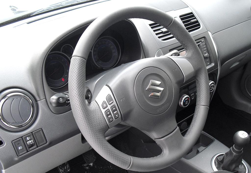 Suzuki SX4: Blick ins übersichtlich gestaltete Cockpit.