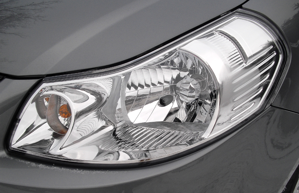 Suzuki SX4: Moderne Leuchteinheit vorn.
