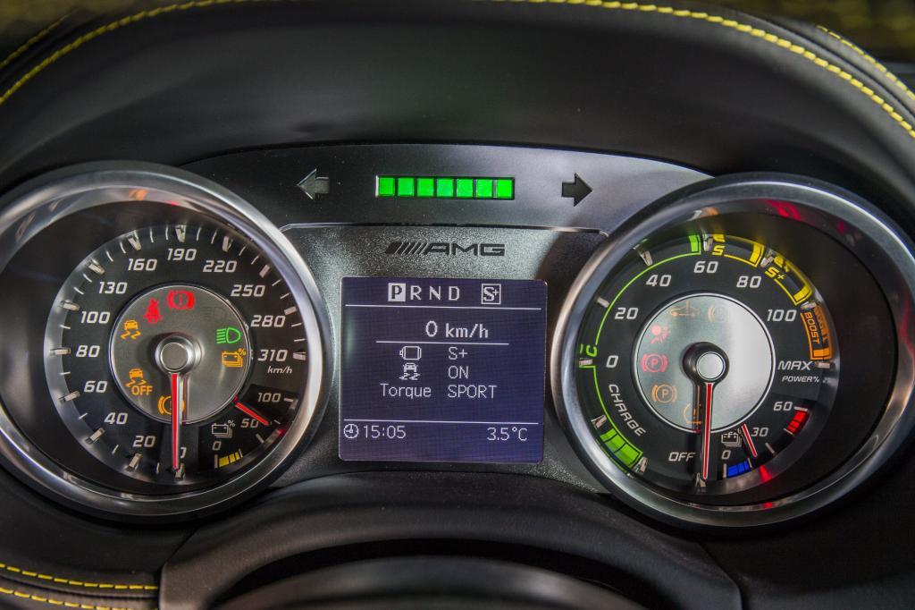 Und die 416.500 Euro machen den SLS electric drive zum teuersten Mercedes im gesamten Modellprogramm