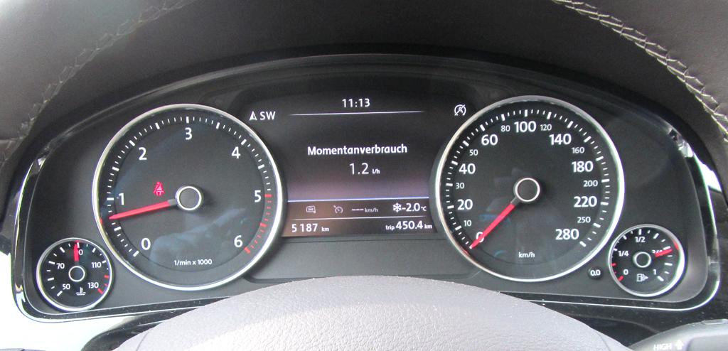 VW Touareg: Blick durch den Lenkradkranz auf die Rundinstrumentierung.