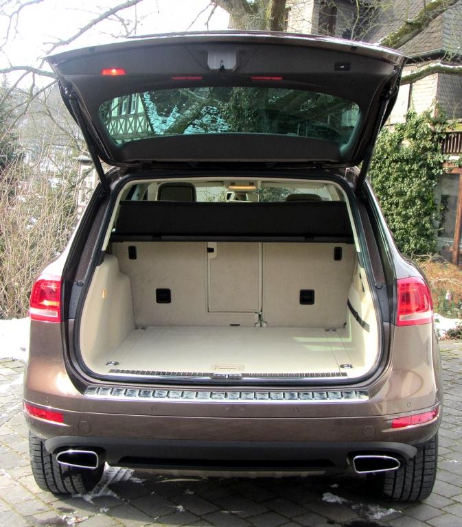 VW Touareg: Ins Gepäckabteil passen 580 bis 1642 Liter hinein.