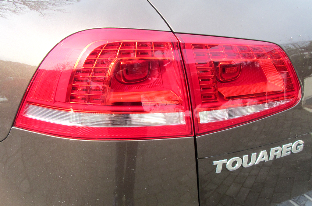VW Touareg: Moderne Leuchteinheit hinten mit Modellschriftzug.