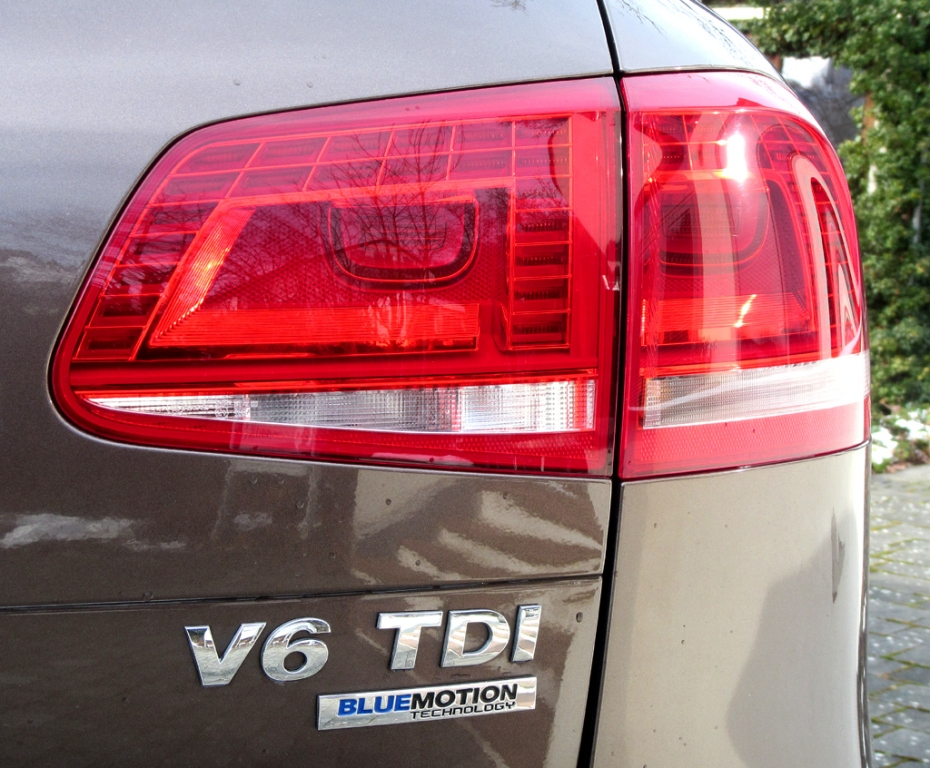 VW Touareg: Moderne Leuchteinheit hinten mit Motorisierungsschriftzug.