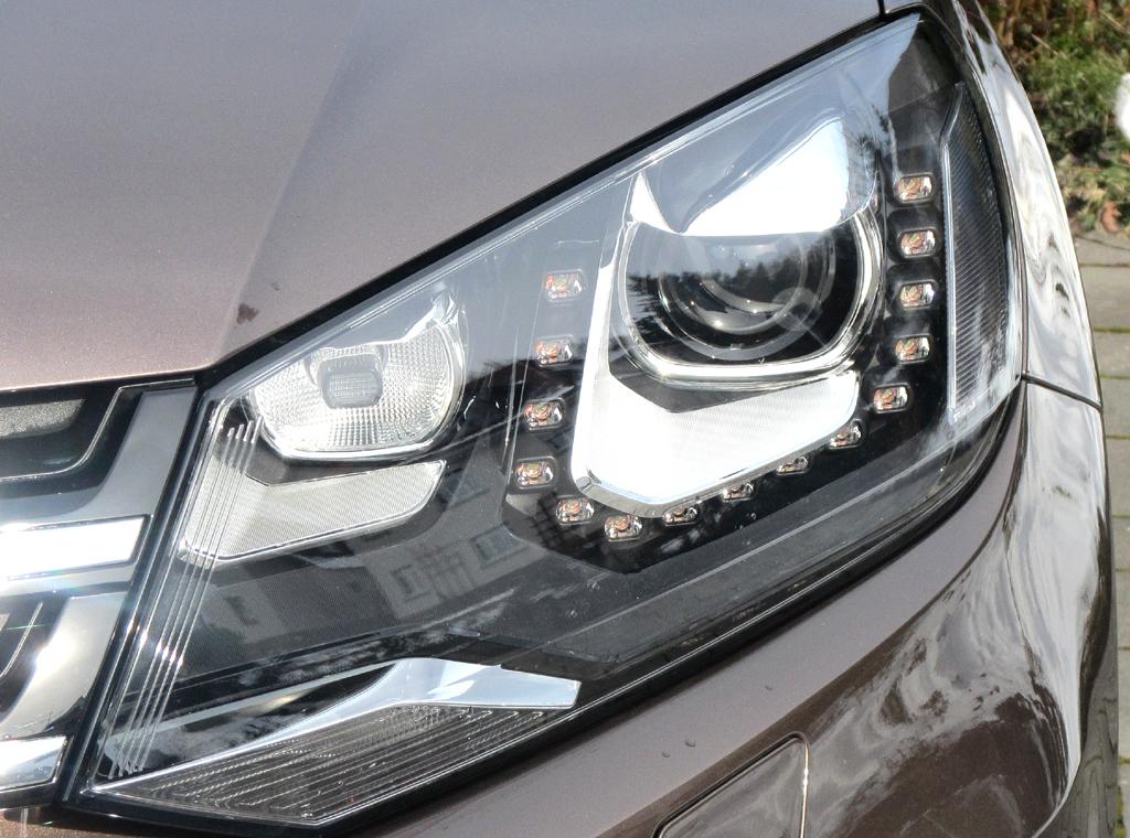 VW Touareg: Moderne Leuchteinheit vorn, hier Xenon-Scheinwerfer mit LED-Tagfahrlicht.
