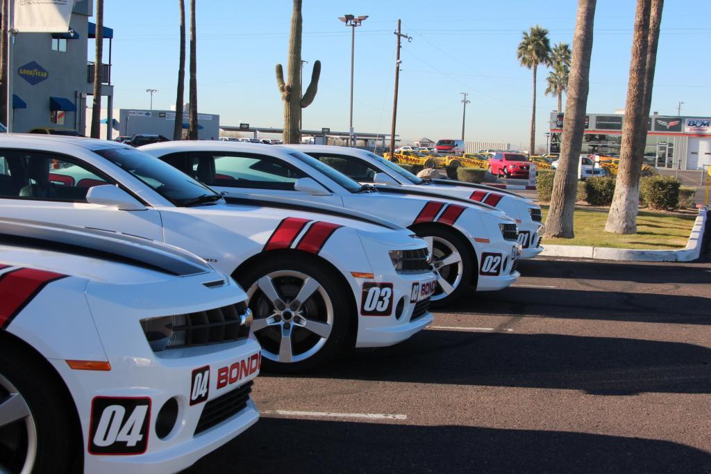 Zusammen über 100 Camaro und Corvette in allen Leistungsklassen stehen auf dem Hof