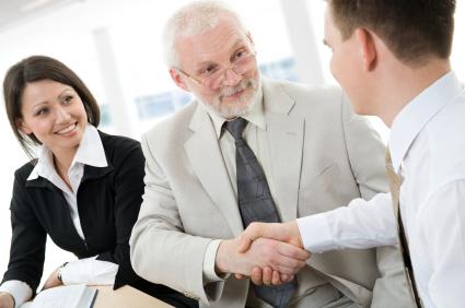 Arbeitsrecht: Altersgrenze in Arbeitsverträgen rechtens