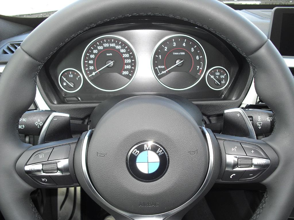 BMW 3er GT: Blick durch den Lenkradkranz auf die Rundinstrumentierung.