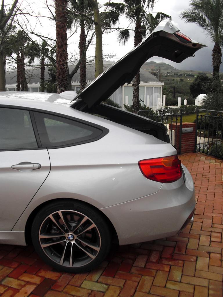 BMW 3er GT: Ins Stauabteil unter der weit sich öffnenden großen Heckklappe ...