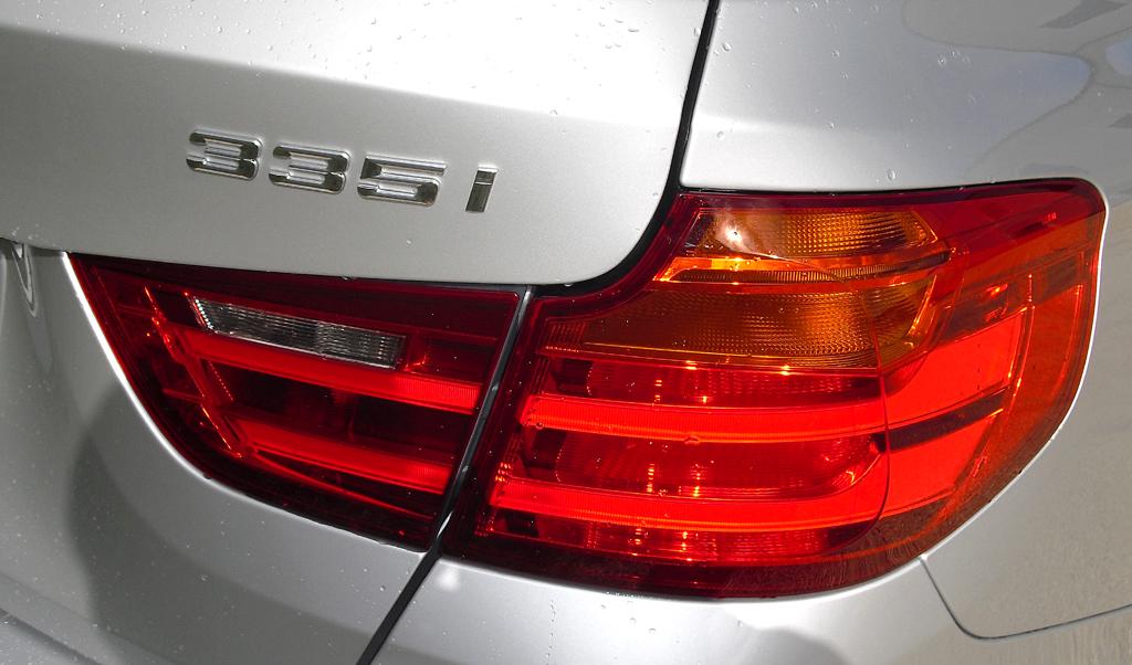 BMW 3er GT: Moderne Leuchteinheit hinten mit Motorisierungsschriftzug.
