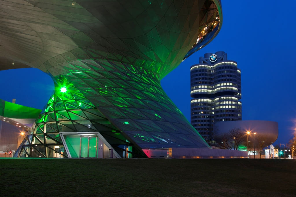 Doppelkegel der BMW Welt erstrahlt in Grün