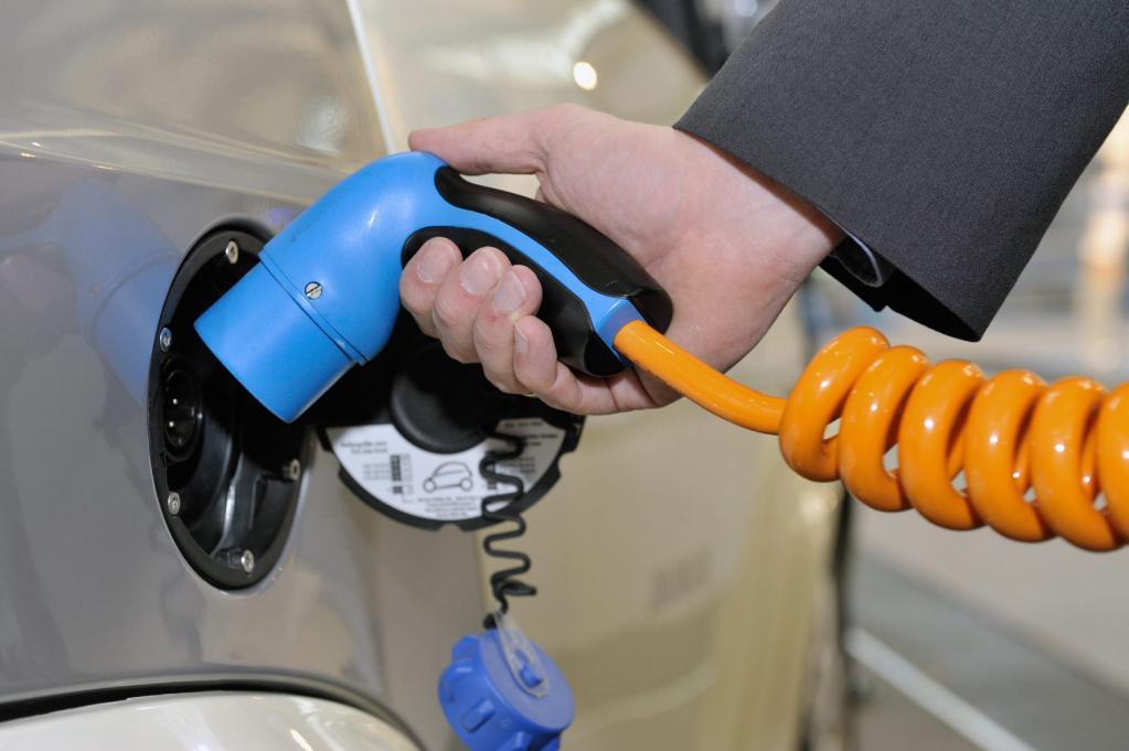 Italiens erste elektrische Autobahntankstelle eröffnet