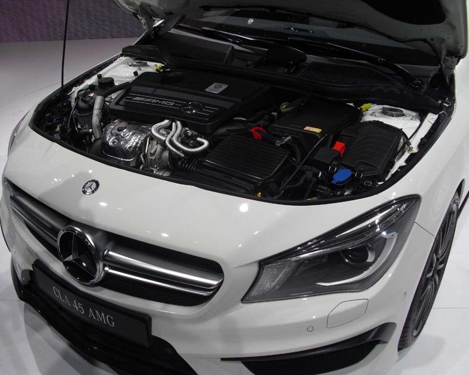 Mercedes CLA 45 AMG: Blick auf den 2,0-Liter-Turbobenziner mit 265/360 kW/PS.