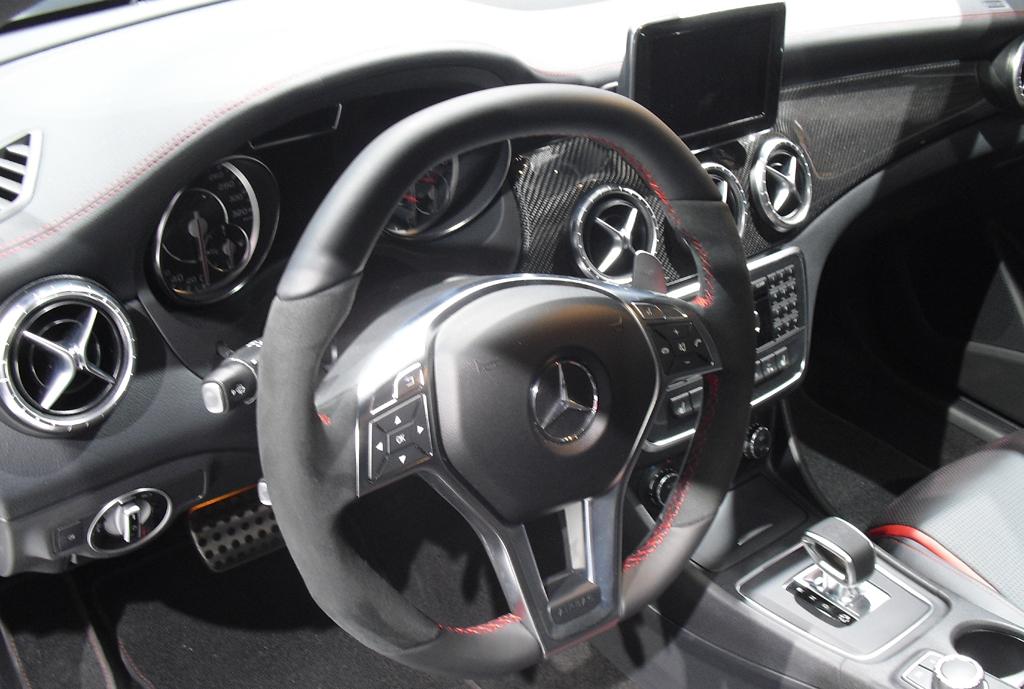 Mercedes CLA 45 AMG: Blick ins überaus sportliche Cockpit.