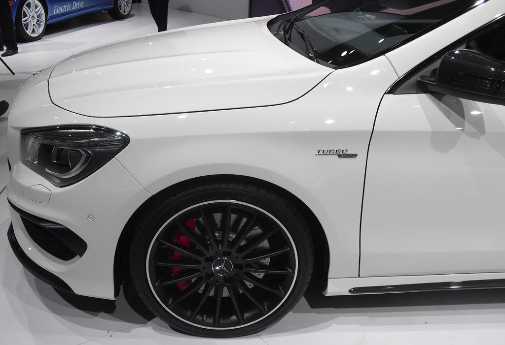 Mercedes CLA 45 AMG: Das neue AMG-Coupé fährt auf 18-Zöllern mit 235er-Reifen vor.