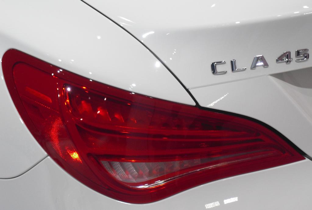 Mercedes CLA 45 AMG: Moderne Leuchteinheit hinten mit Modellschriftzug.