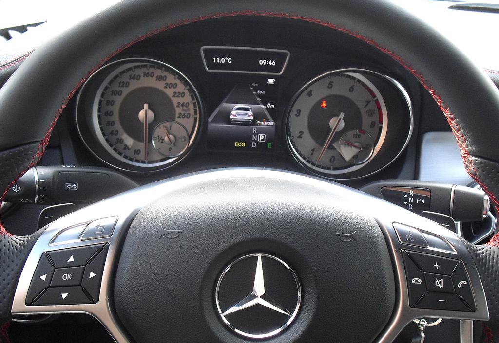 Mercedes CLA: Blick durch den Lenkradkranz auf die Rundinstrumentierung.
