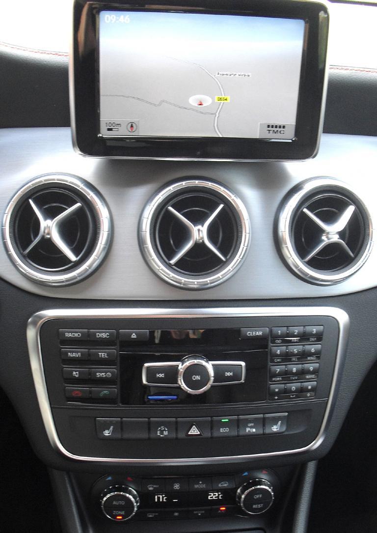 Mercedes CLA: Das Display auf dem mittleren Armaturenträger wirkt etwas aufgesetzt.