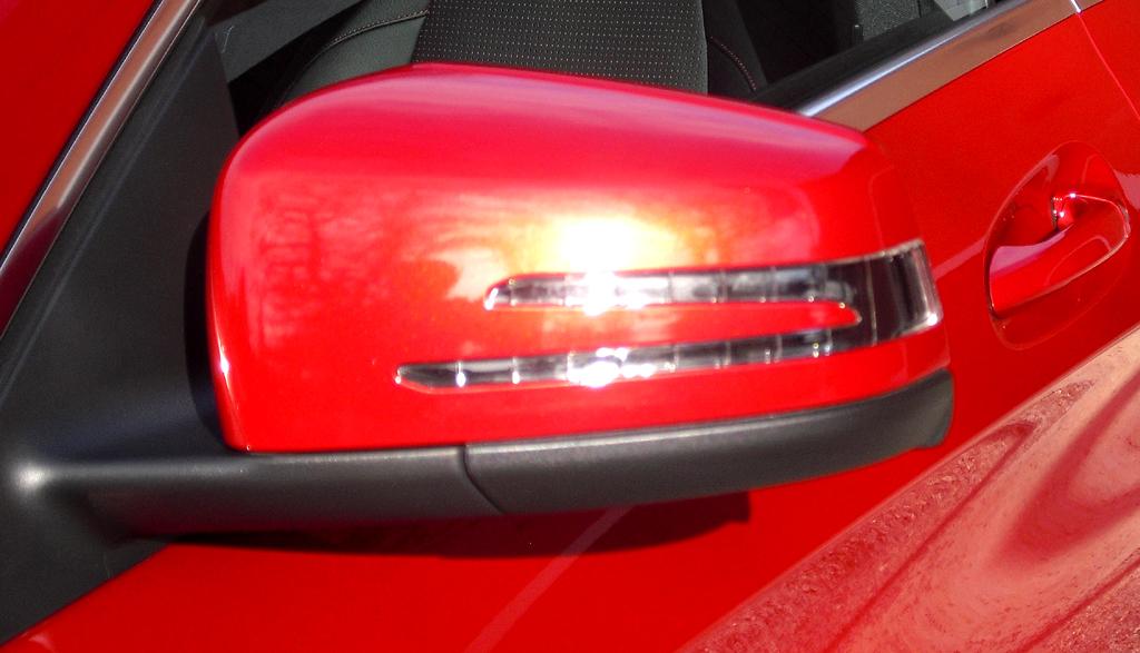 Mercedes CLA: In die Außenspiegel sind doppelte Blinkstreifen integriert.