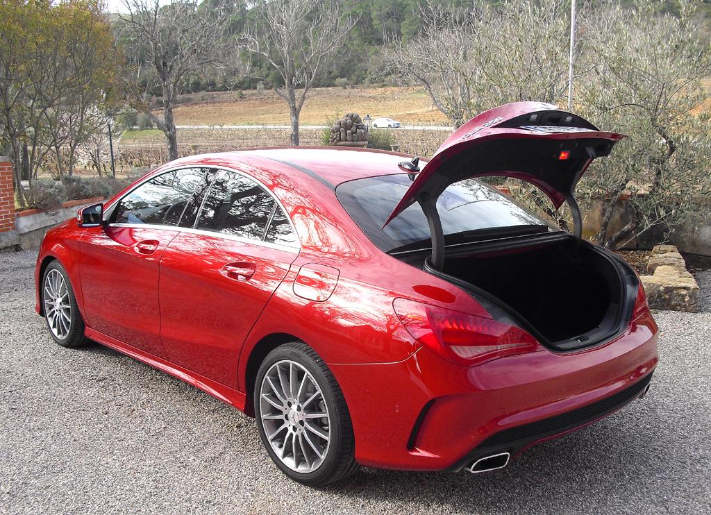 Mercedes CLA: Ins Gepäckabteil passen erweiterbare 470 Liter hinein.