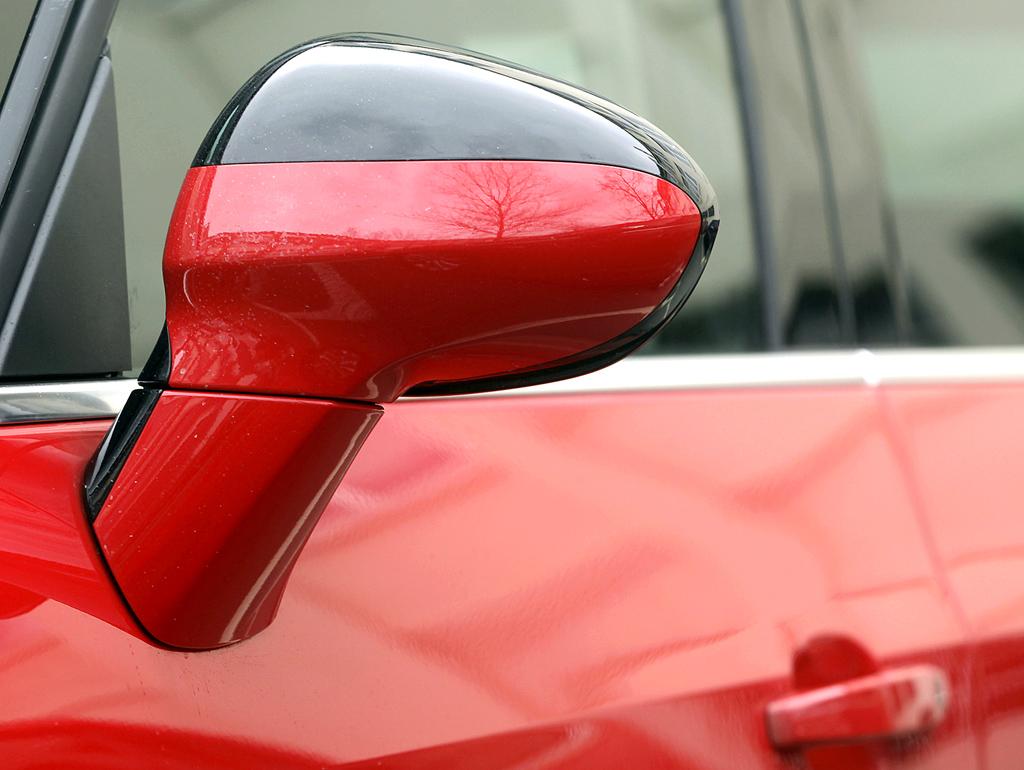 Opel Zafira Tourer: Blick auf den Außenspiegel auf der Fahrerseite.