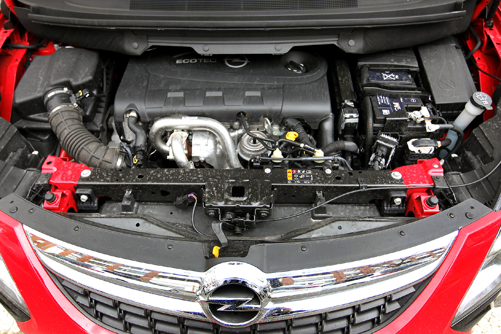 Opel Zafira Tourer: Blick auf den doppelt befeuerten Vierzylinder-Selbstzünder mit 143/195 kW/PS.