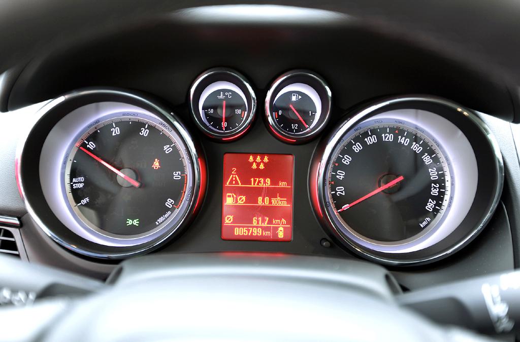 Opel Zafira Tourer: Blick durch den Lenkradkranz auf die Rundinstrumentierung.