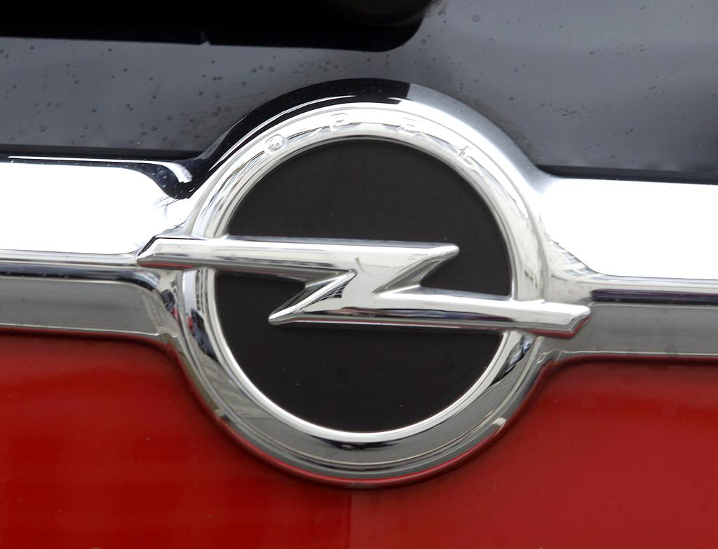 Opel Zafira Tourer: Das Markenlogo sitzt vorn in einer Chromschwinge oben am Kühlergrill.