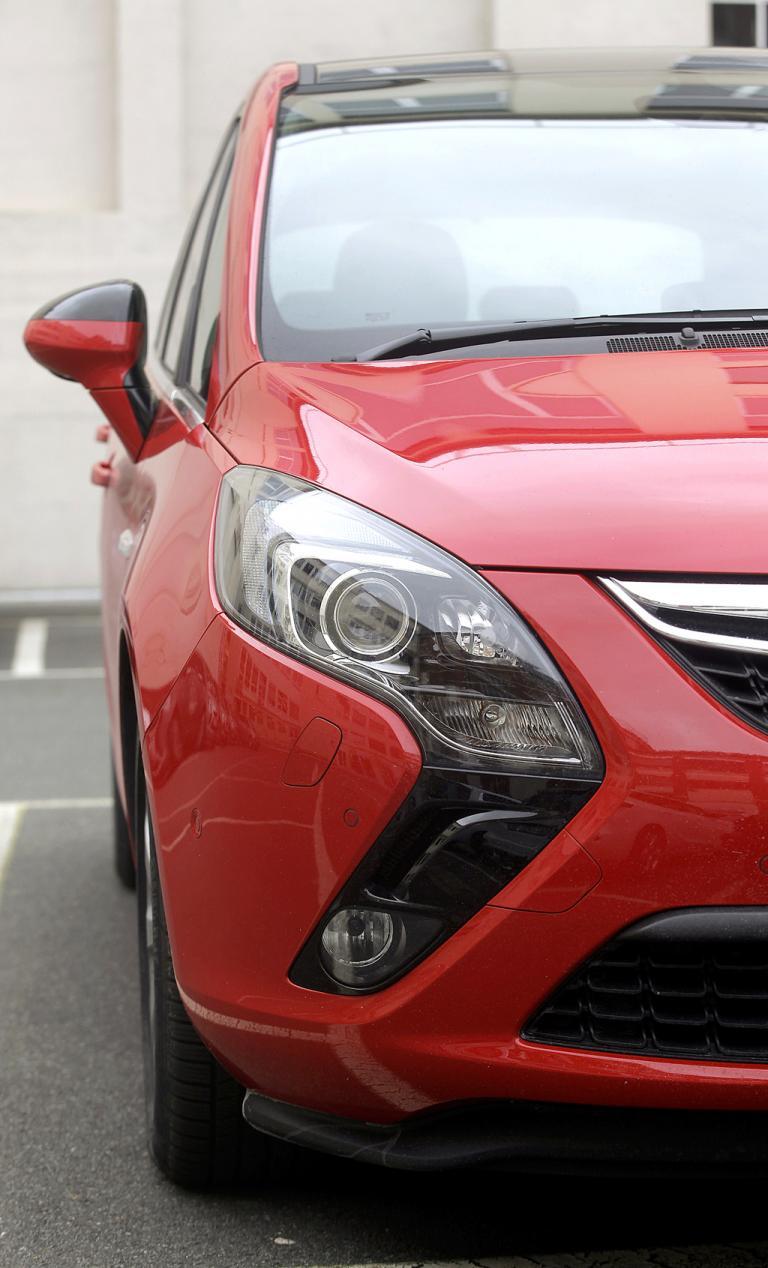 Opel Zafira Tourer: Moderne Bumerang-Leuchteinheit vorn.