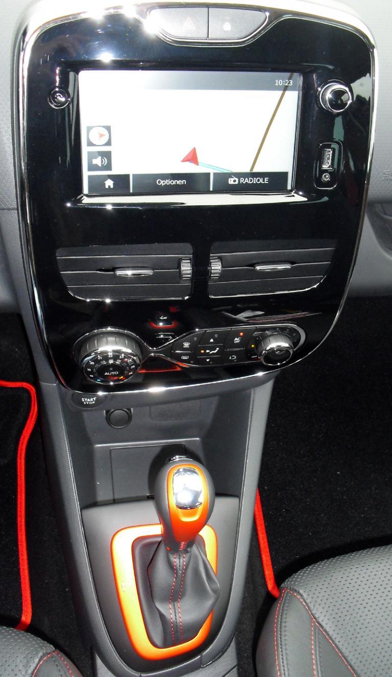 Renault Clio RS: Blick auf den mittleren Armaturenträger.