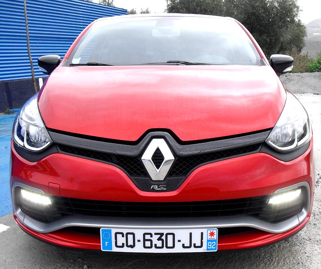 Renault Clio RS: Blick auf die Frontpartie mit extra breitem Lufteinlass.