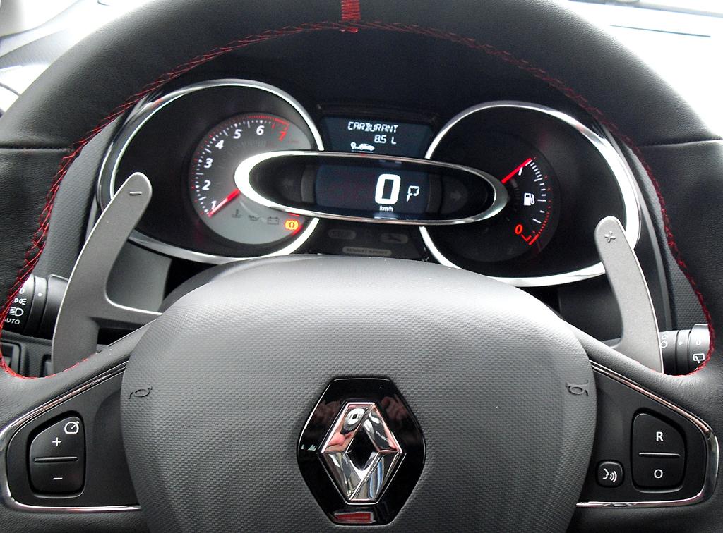 Renault Clio RS: Blick durch den Lenkradkranz auf Rund- und Querinstrumentierung.