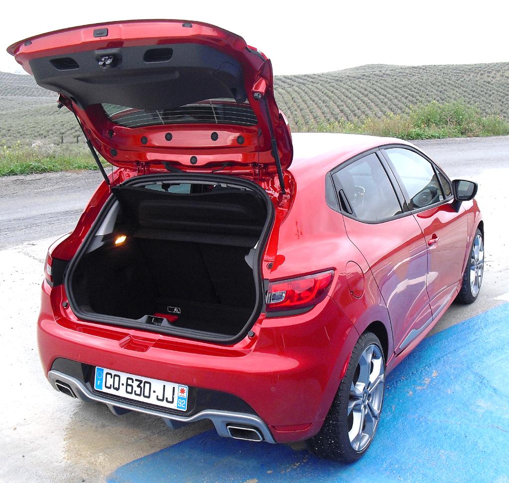 Renault Clio RS: Ins Gepäckabteil passen 300 bis 1146 Liter Gepäck hinein.