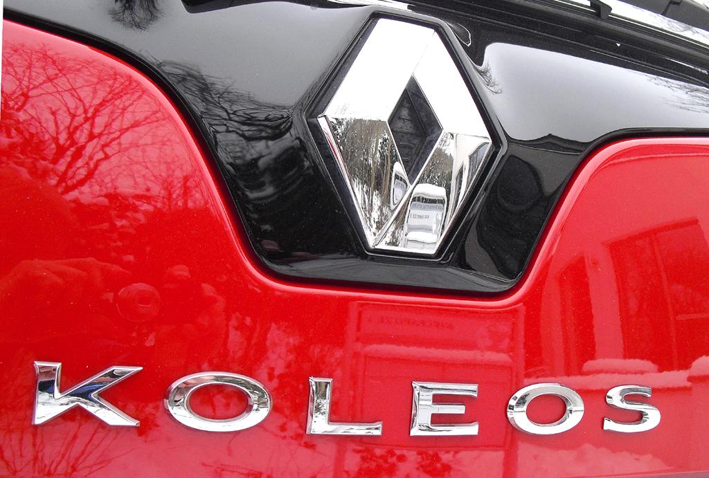 Renault Koleos: Markenlogo und Modellschriftzug auf der Heckklappe.