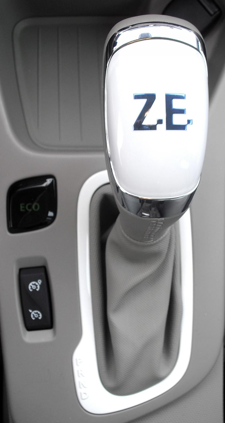 Renault Zoe: Blick auf den Wählhebel für das Getriebe mit konstanter Untersetzung.