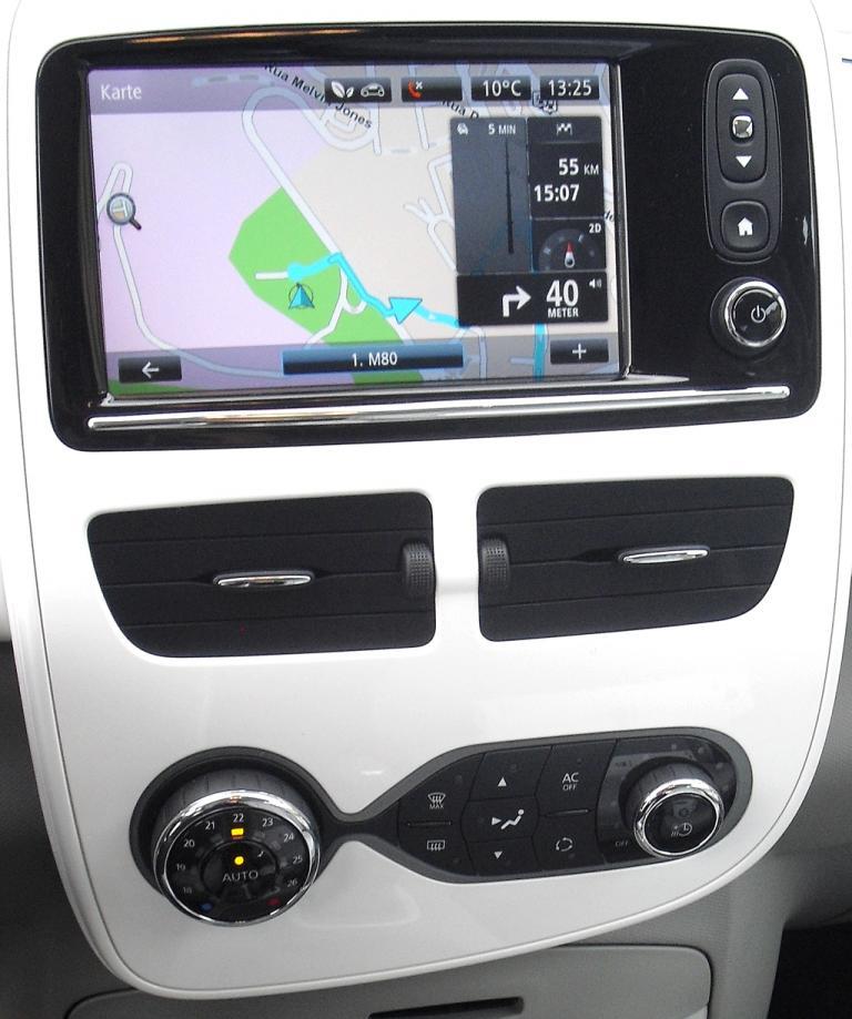 Renault Zoe: Blick auf den mittleren Armaturenträger mit Multimedia- und Navigationssystem.