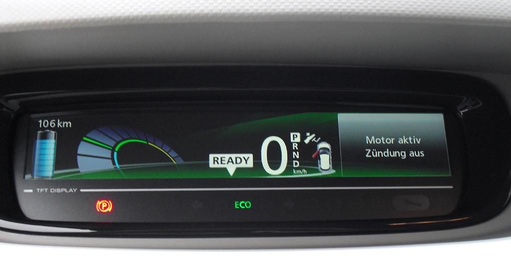 Renault Zoe: Blick durch den Lenkradkranz auf die horizontal ausgerichtete Zentralanzeige.